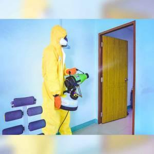 พ่นน้ำยาฆ่าเชื้อป้องกันโควิด-19 ภายในบ้าน
